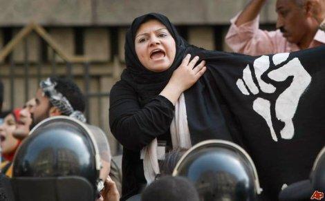 Manifestante égyptienne brandissant le logo d'Otpor