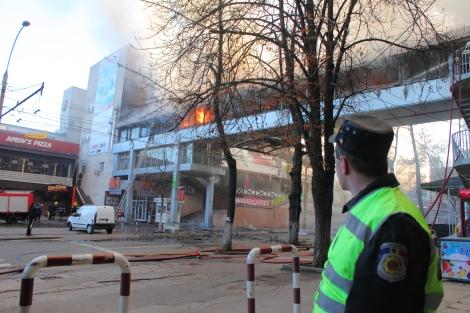Un policier moldave empêche les badauds d'approcher d'un incendie à Chisinau, la capitale moldave.