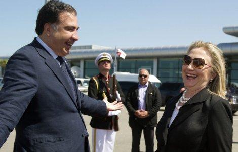 Hilary Clinton et son protégé, le dictateur géorgien presque déchu, Mikheil Saakashvili.