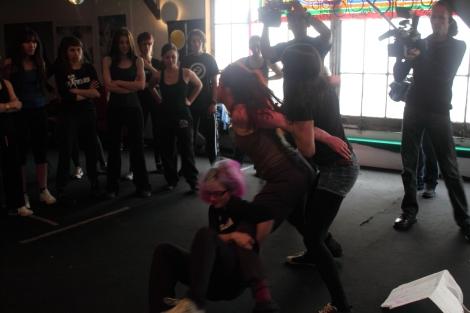 Un des combats de poule organisé dans le QG des Femens.