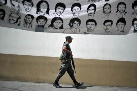 Les États-Unis ont donné tout leur soutien au gouvernement guatémaltèque lors de la guerre civile (1960-1996). Le conflit a fait plus un peu moins de 200 000 morts. Les Amérindiens locaux ont été victime d'un début de génocide. Tout ça au nom de l'anticommunisme.