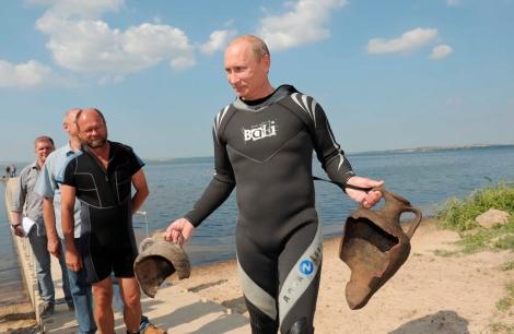 En août 2012, Poutine plonge au lac Seliger. En quelques minutes il remontera plusieurs amphores. Il se murmure que Poutine aurait découvert l'Atlantide.