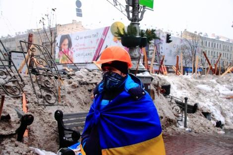 Les manifestants protégeant les barricades utilisent souvent des casques de chantier... oranges. Un hasard? Photo: le Revizor