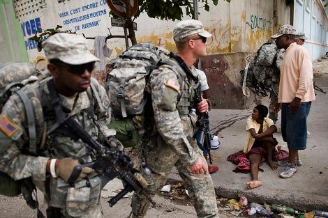 Soldats américains dans les rues de Port-au-Prince peu après le séisme de 2010.